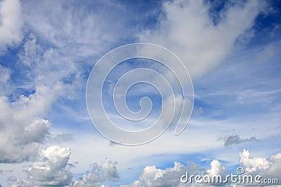 Blauwe hemel met wolken