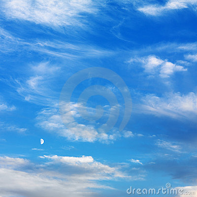 Blauwe hemel met wolken.