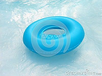 Blauwe reddingsboei in pool