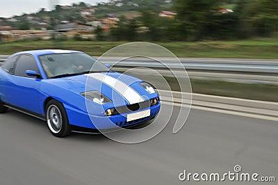 Blauwe snelle sportwagen op hiway