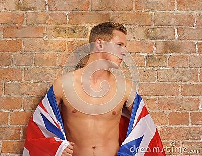 Bleekgele jonge kerel met Union Jack het UK of de vlag van GB