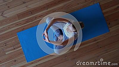 Bleiben Sie zu Hause Yoga im Wohnzimmer während der Quarantäne, Stretching-Übung stock video footage