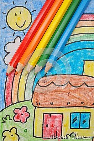 Bleistifte der Regenbogenfarben auf Zeichnung des Kindes