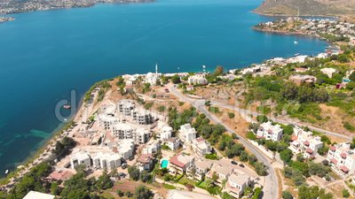Blick auf die Stadt mit Hotels und weißen Häusern an der Küste um 12.00 Uhr stock video