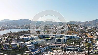 Blick auf die Stadt mit Hotels und weißen Häusern an der Küste um 12.00 Uhr stock video footage