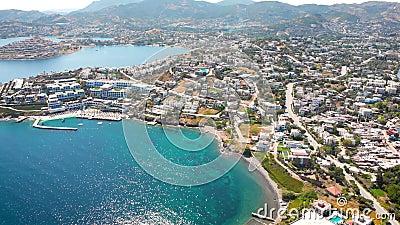 Blick auf die Stadt mit Hotels und weißen Häusern an der Küste um 12.00 Uhr stock footage