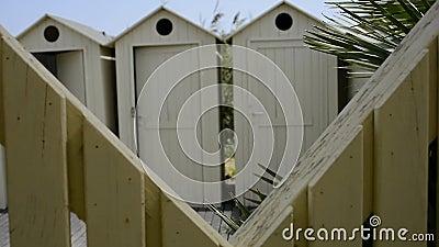 Blick in die Kabinen am Strand stock video