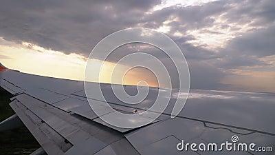 Blick vom Fenster einer Fluggastabdeckung auf dem Flügel beim Start bei Sonnenuntergang stock footage