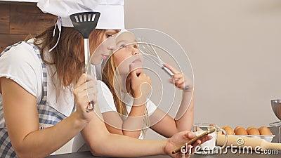 Blij dat de familie van de mensen het scherm van de smartphone bekijkt, die het heerlijke recept voor gebak bekijkt stock video