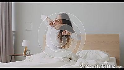 Blij dat een meisje met een gemengde race wakker wordt, met armen en rug stock video
