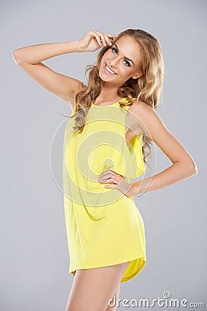 Blije blondevrouw in een miniskirt