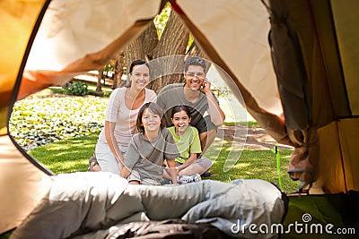 Blije familie die in het park kampeert