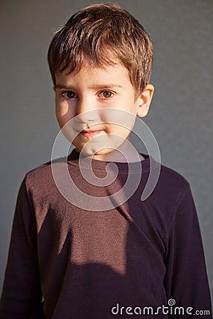 Blije jonge jongen