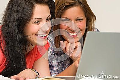 Blije tienerjaren die op Internet doorbladeren