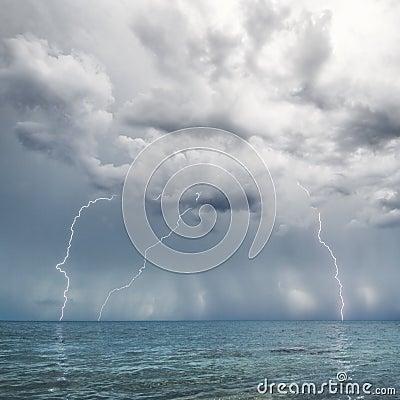 Bliksem en onweersbui boven overzees