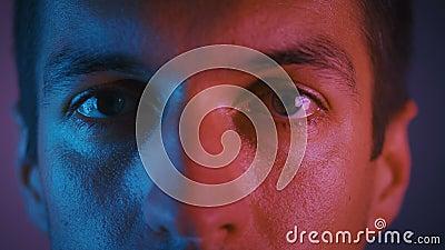 Bliskie oczy samca w mroźnym świetle Portret młodego mężczyzny w nocy podczas imprezy w neon light zbiory