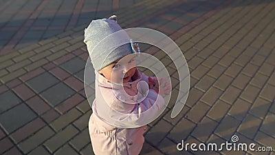 Blisko dziewczynki klaskającej na zewnątrz Wolno Godzina złota Ładna twarz z poważną wyrazem Wiosna Płaszcz i zbiory wideo