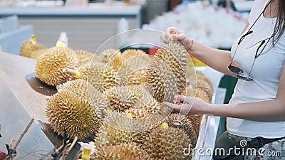 Blisko, turystka wybiera owoce w sklepie spożywczym, węszy i bierze zdjęcie wideo