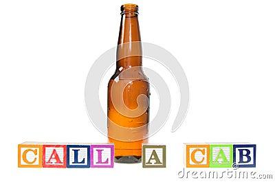 Blocchetti della lettera che compitano chiamata una carrozza con una bottiglia di birra
