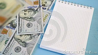 Blocco note e dollari di caduta archivi video