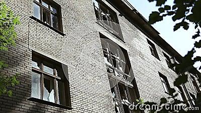 Bloco de cidade quase desmoronado e arruinado construções Metade-arruinadas no gueto Edif?cio abandonado Teste padrão do vandalis video estoque