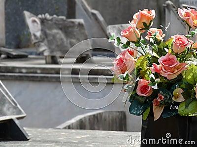 Bloemen op een grafzerk