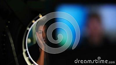 Blogger femenino que aplica la crema facial en casa 4k metrajes