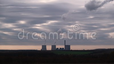 Blok elektrowni Visonta Pary wodne wznoszą się na niebo bieguny i kominy energetyczne w tle zbiory wideo