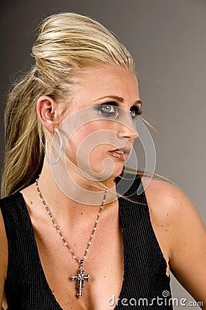 Blond met donkere gespannen make-up