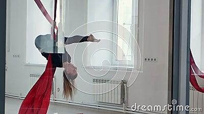 Blond-Pol-Tänzer, der auf Luftgeweben trainiert stock footage