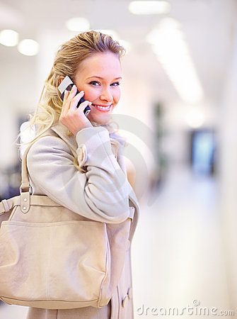 Blond with shopping bag holding a blank paper