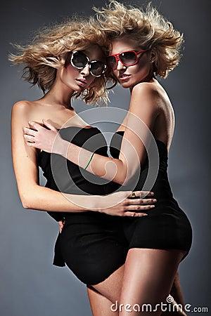 Blonda två kvinnor