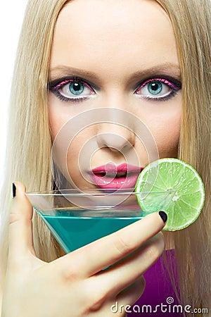 Blonde con il cocktail