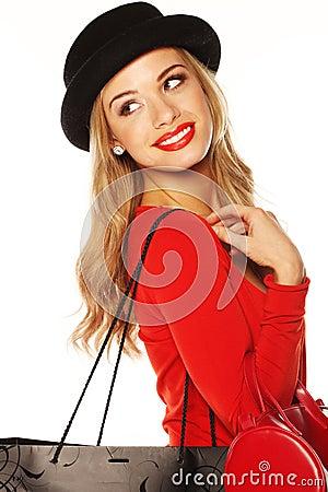 Blonde de moda que entrega - la mirada del hombro.