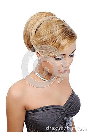 Blonde Frau mit moderner Glanzfrisur