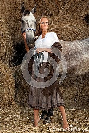 Blonde Frau mit Pferd