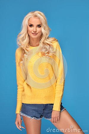 Free Blonde Girl In Yellow Sweater Stock Images - 139126834
