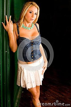 Sexy blonde Mädchen mit hübschen Augen saugt harten Schwanz auf POV-cam