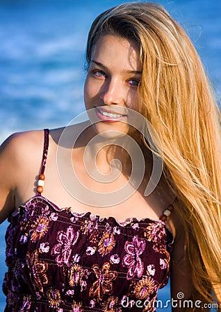 Blonde vrouw bij het strand