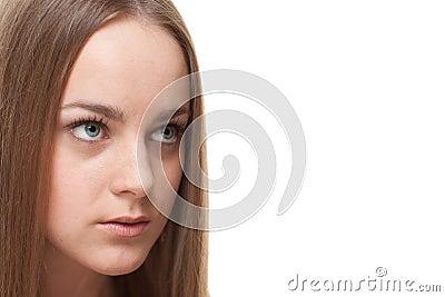 Blonde vrouw die copyspace bekijkt