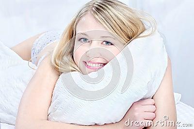 Blonde vrouw op hoofdkussen