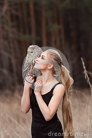 Free Blonde Woman With An Owl In Her Hands Walks In The Woods In Autumn And Spring. Long Hair Girl, Romantic Portrait With Owl. Art Royalty Free Stock Photos - 113511938