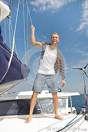 Lizenzfreie stockfotos blonder hübscher junger mann auf segelboot