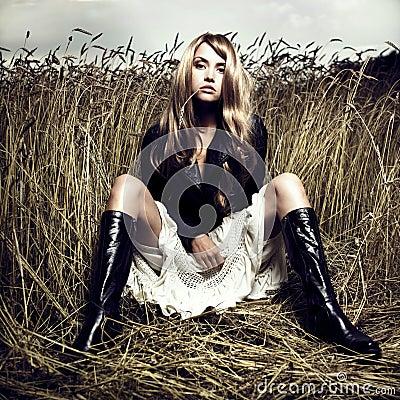 Blondes Mädchen im Weizen