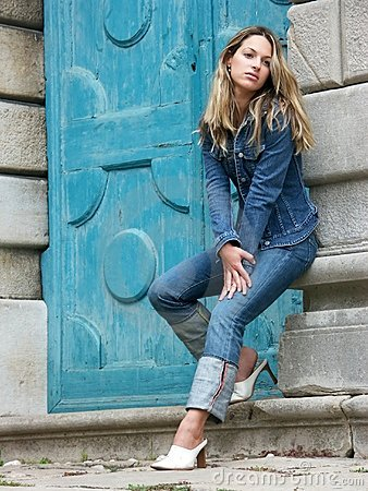 Blondes Mädchen in den Jeans