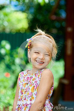 Blondes schönes wenig lächeln