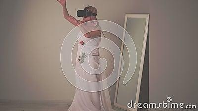 Blondin i en klänning nära en spegel, henne ` s som spelar VR-leken stock video