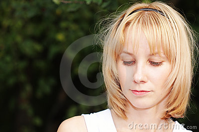 Blont fälla ned för blick