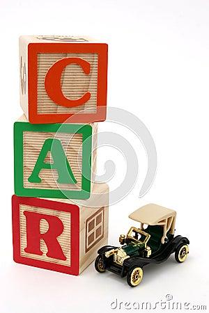Bloques del ABC y coche antiguo negro
