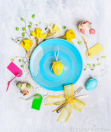 Free Blue Plate With Yellow Easter Egg, Holiday Decor And Daffodil Flowers On Wooden Background Stock Image - 51187001
